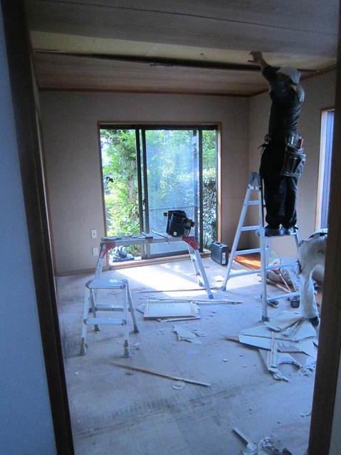 まずは天井・床の解体から始まります。