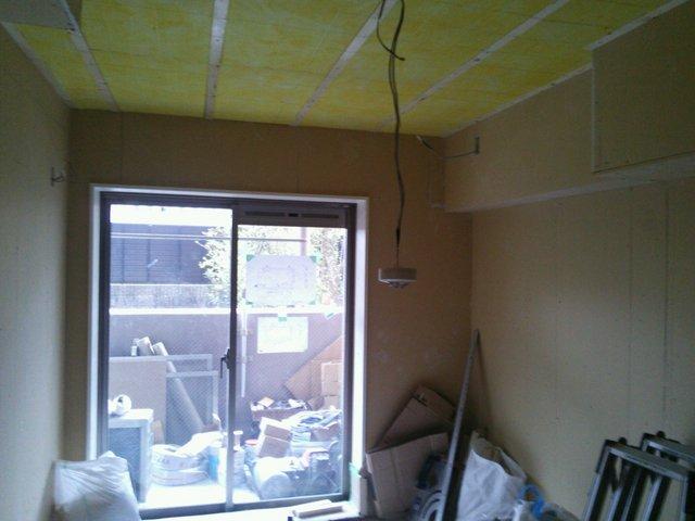 壁の補強、天井にも ロックウール使用で吸音性を高めます