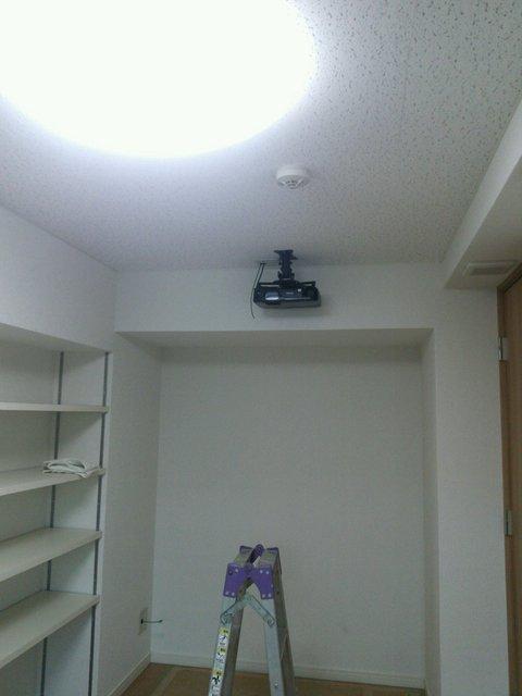 -65dBのシアタールーム完成。 ラックをサイドに設置することで、 見た目に美しく収納にもすぐれた 防音室へ