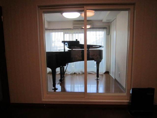 仕切られ、孤立していた洋室が樹脂サッシ(窓)の使用により、明るく開放感ある防音室へ