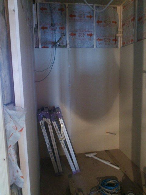 外壁と内壁の間には断熱材がびっしりと!