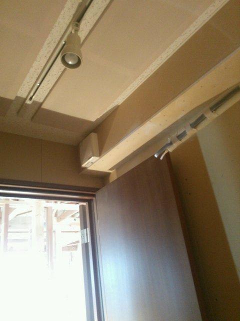 もちろんドアも2重で。天井も吸音天井にしています。狭いお部屋こそ吸音が重要になってきます。