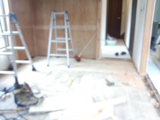 床下の束補強をして合板を貼り構造床が出来上がりました。