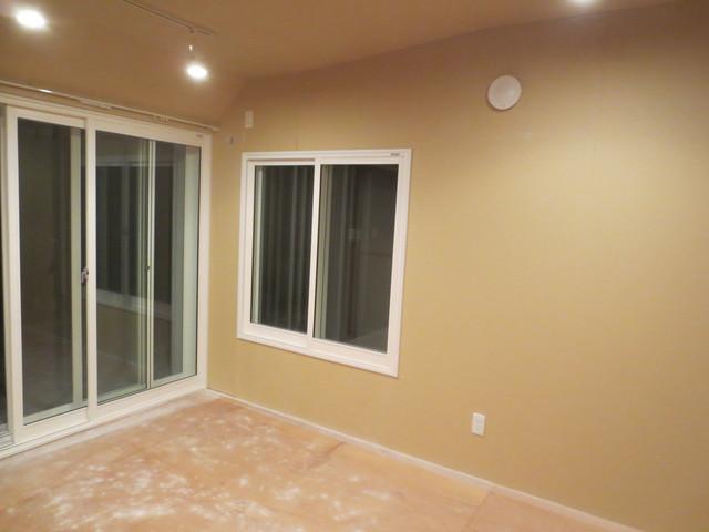 掃出し窓は二重に、腰窓は三重仕様となっています。