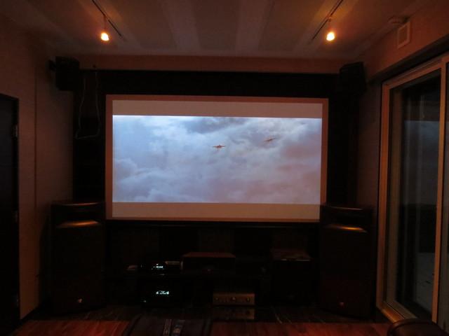 120インチのスクリーンです。3Dに対応しているプロジェクターですので迫力ある映像が見られます!