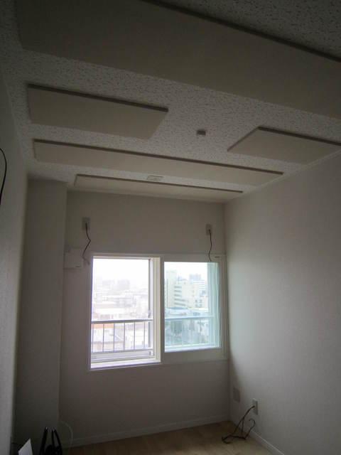 窓には二重の樹脂サッシを取り付けて外部への音漏れを小さくし、天井には吸音パネルを付けることで、快適な音響ルームに仕上げています。