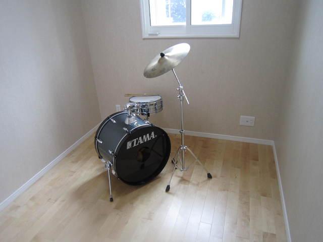 音テストでの写真ですが充分深夜まで練習可能なドラム室になっています。
