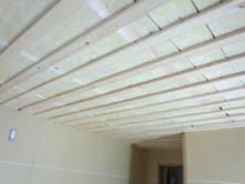 浮き天井の工事も進み、この後は吸音材を取り付けていきます。
