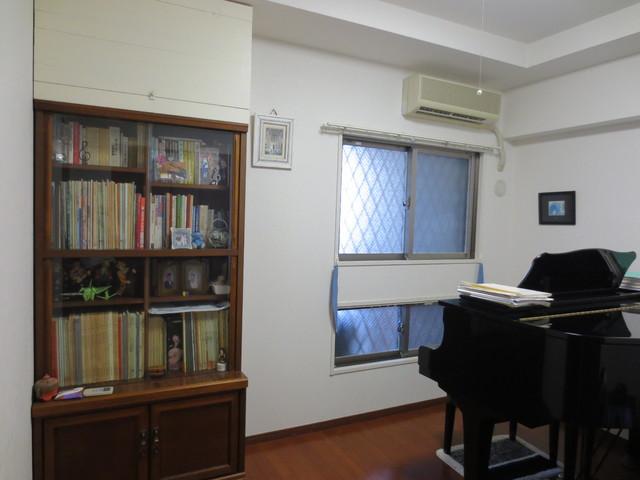 工事前のお部屋の様子です。楽譜棚は工事後にも元の位置に戻ってきます。