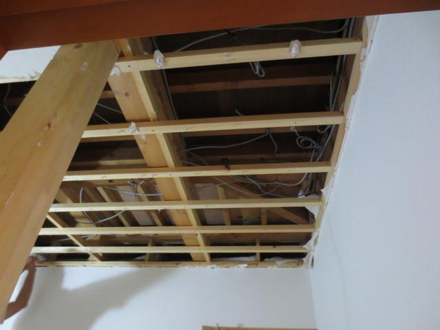 まずは既存の天井解体から始まります。