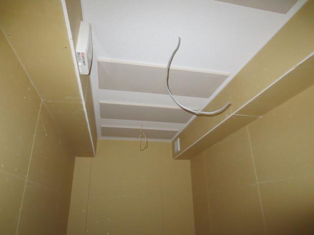 電気工事業者さんとのジョイント工事なのでリブテックの施工が完了した後電灯の設置やコンセント取り付け等をしてもらいます。