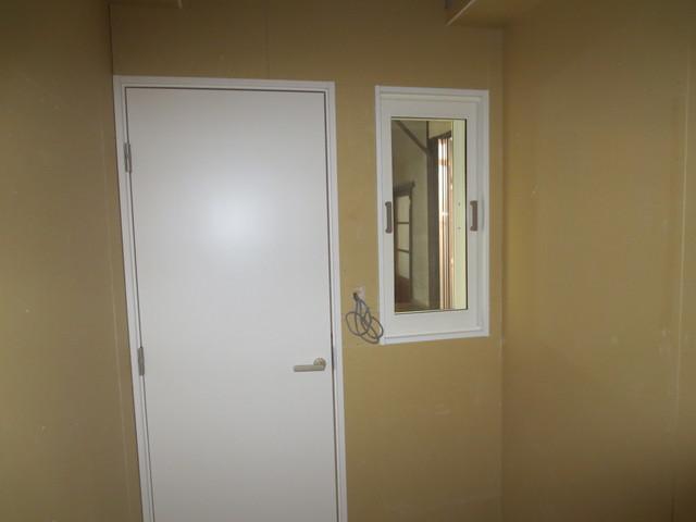 防音ドアの横にははめ殺しの窓を設けました。この窓も防音仕様のものを使用しています。