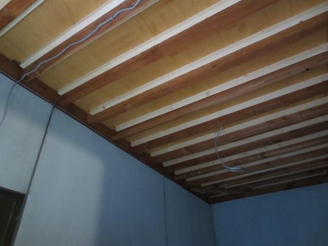 もともとの天井です。隙間がたくさんあったので石膏ボードやコーキングを使い埋めていきました。