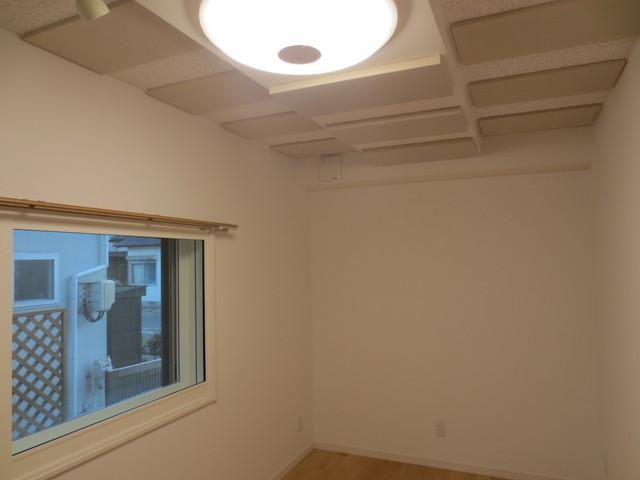 吸音パネルを天井一面につけることで天井からの反響を抑えます。