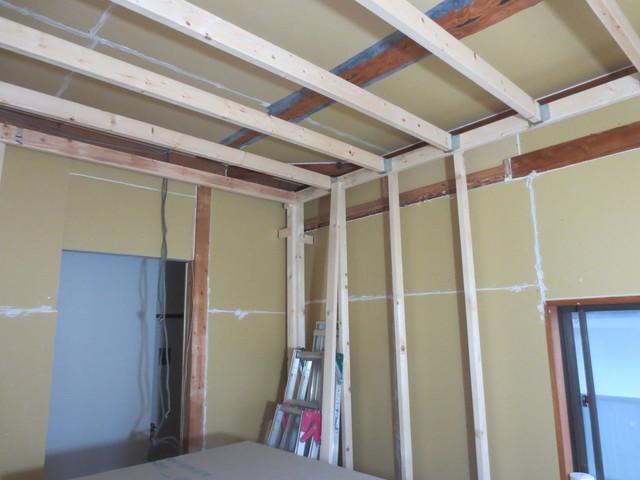 防音室の柱ができました。第2天井の材木が躯体に触れていないのが見えますか?これが遮音性能の高さの秘密です。