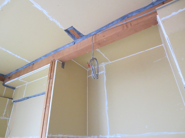 躯体側の壁と天井に石膏ボードを貼り遮音補強をしています。白く見えるのは隙間を埋めています。