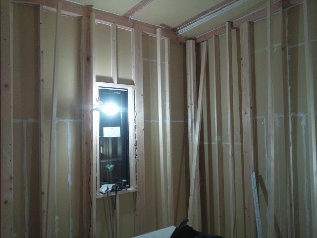 防音室の柱が出来上がりました。 断熱材を詰めて遮音補強をしていきます。