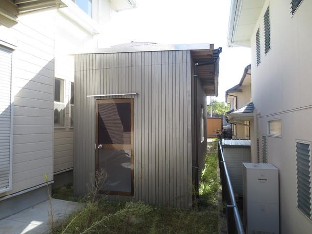 お庭にあるプレハブの倉庫をプライベート・スタジオに改修します。