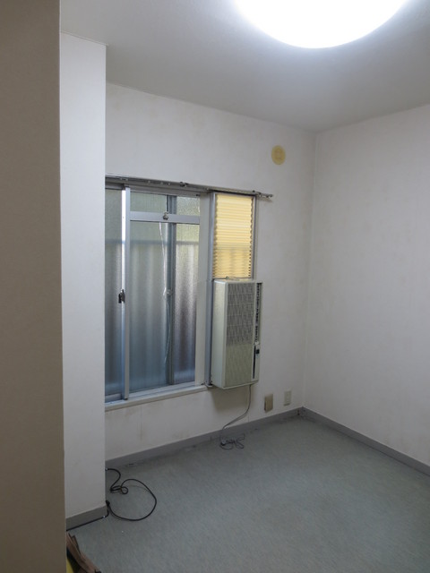 工事前のお部屋です。 窓用エアコンしか取り付けられないお部屋です。