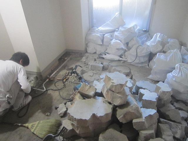 廊下にエアコンの室内機を取り付けました。