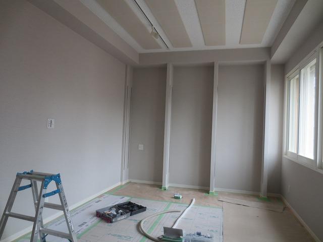 壁もできあがりました。 天井の吸音パネルも取り付け完了です。 壁には楽譜棚を設けます。
