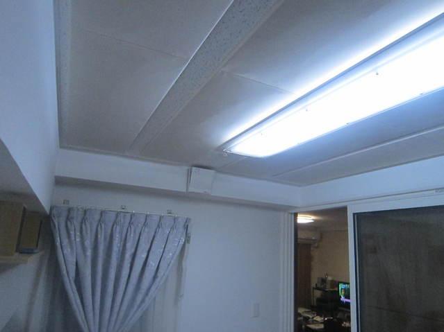 天井全体で吸音しています。
