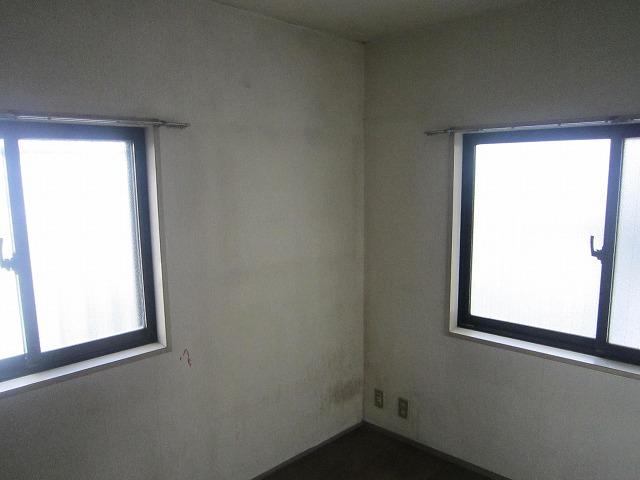 腰窓が二つあり、小さなお部屋の割に 開閉部が多いお部屋の造りです。