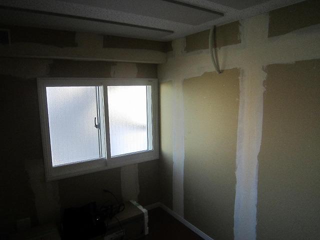 天井には吸音パネルも取り付けられました。
