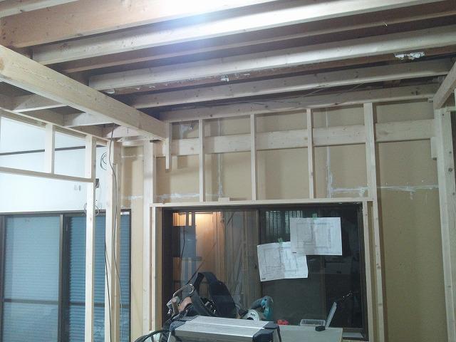 解体後、防音室の二重構造となる柱を作っていきます。躯体に触れないように作られています。