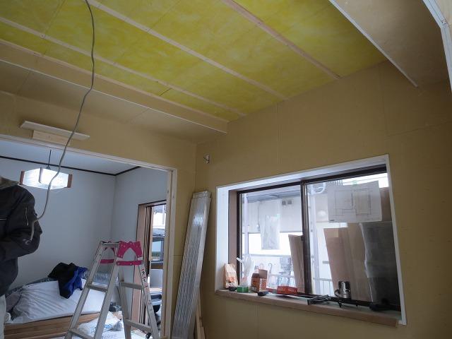 断熱材を詰め、遮音壁ができあがりました。
