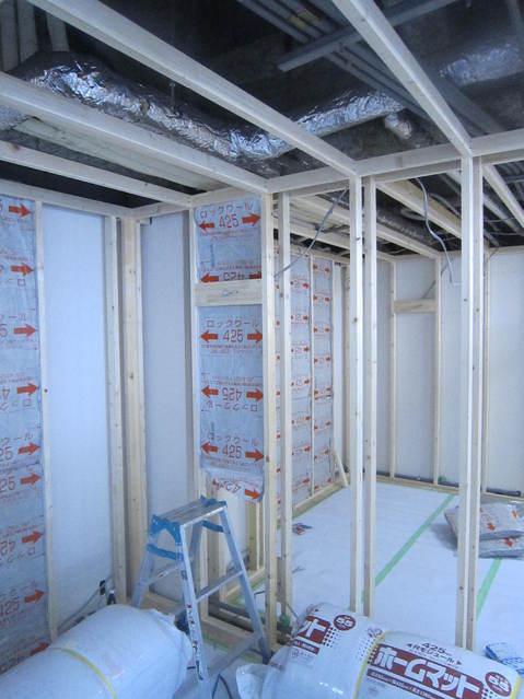 浮き床が完成して浮き壁と浮き天井の下地です。