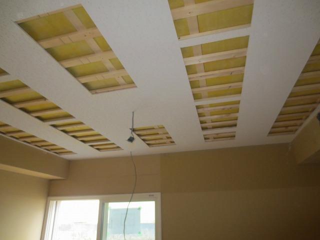 天井には吸音パネルを取り付けます。