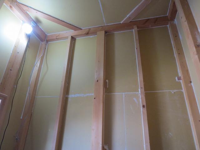 躯体の遮音補強後、防音室側の柱をたて 防音室側の壁をつくっていきます。