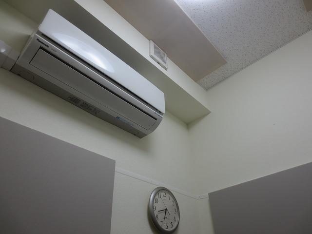 天井と壁に吸音パネルを取り付けました。