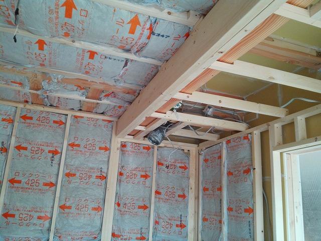 ぎっしり断熱材を詰めて遮音壁をつくっていきます。