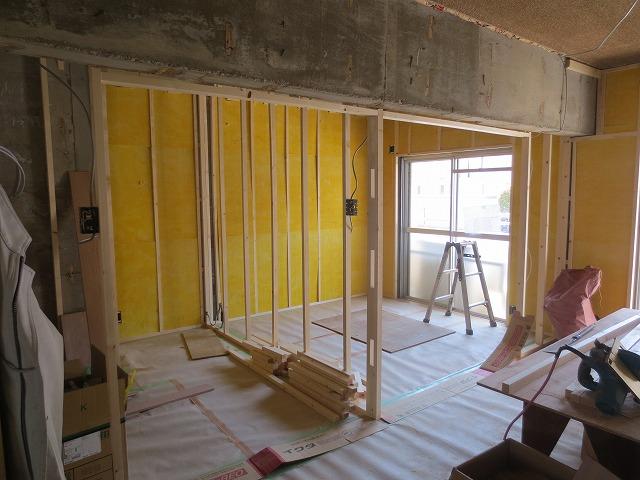 新しいお部屋の間仕切り壁をつくっています。