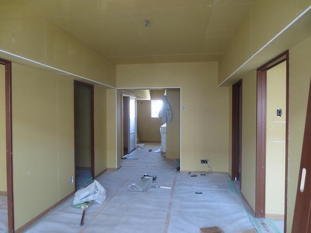 新しい間仕切り壁と天井ができあがりました。