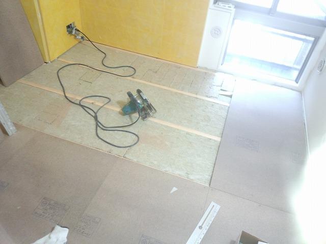 解体後、浮き床をつくっています。 躯体の遮音補強です。