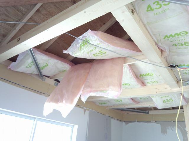 天井解体後、断熱材をぎっしり詰めて 遮音補強が始まりました。