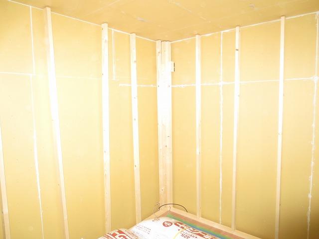 解体後、躯体の遮音補強を行い、 防音室側の壁をつくっていきます。