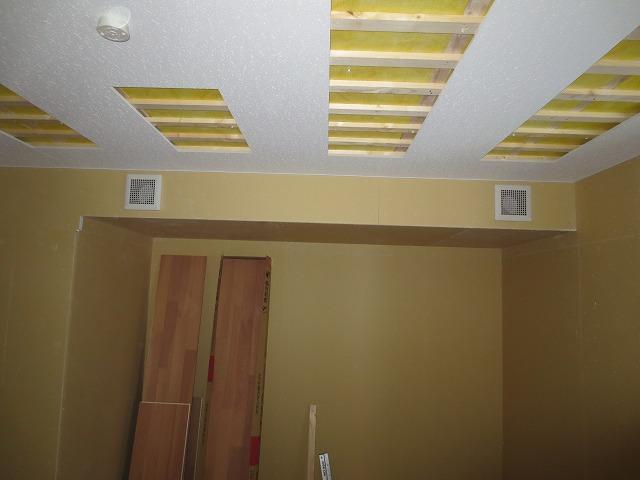 遮音壁・天井ができあがってきました。